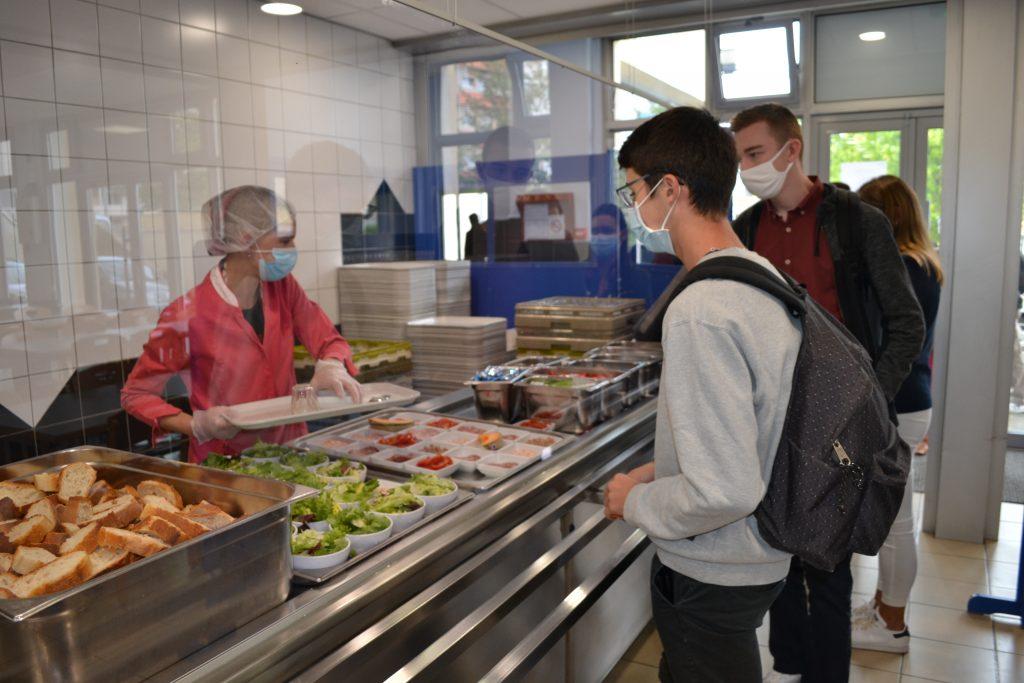 Service au restaurant universitaire dans le respect des règles COVID-19
